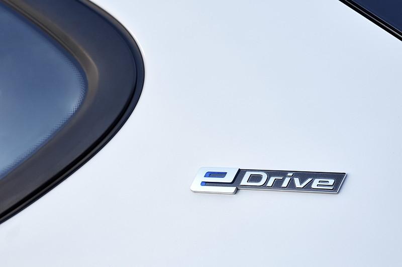 BMW 225xe iPerformance (Facelift 2018), eDrive-Schriftzug auf der C-Säule.