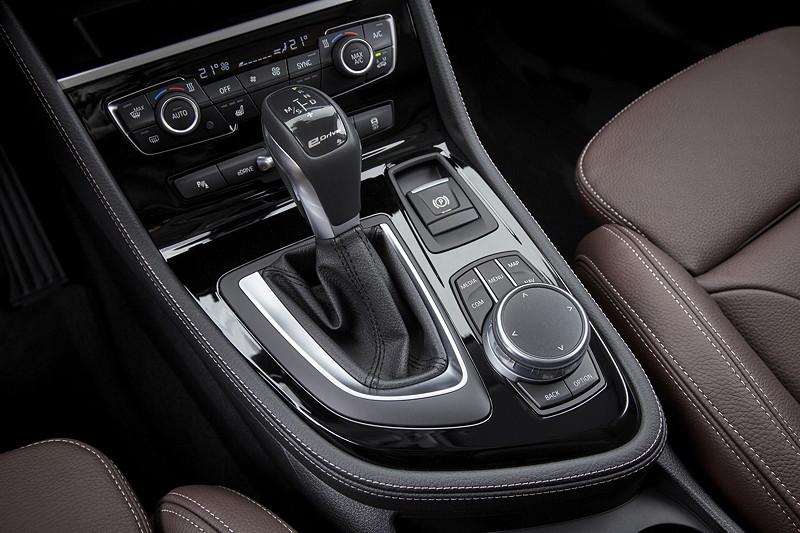 BMW 225xe iPerformance (Facelift 2018), Mittelkonsole mit neuem, elektronischen Gangwahlhebel.