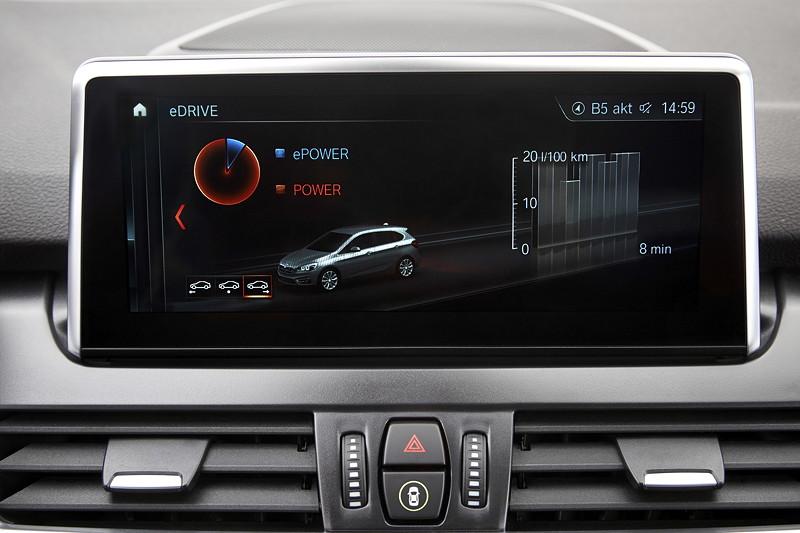 BMW 225xe iPerformance (Facelift 2018), je nach bestellten Navigationssystem mit bis zu 8,8 Zoll grossem Touchscreen.