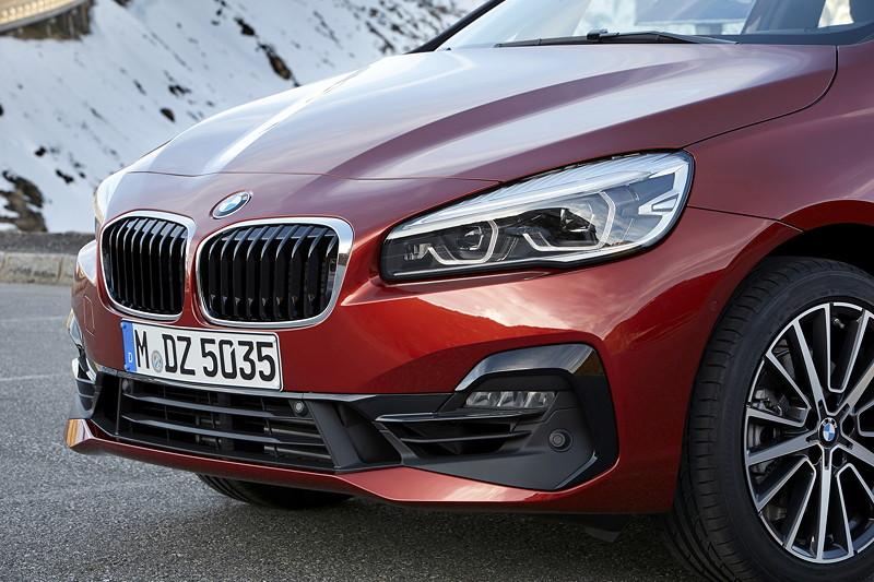 BMW 2er Active Tourer (Facelift 2018), neue Frontoptik mit breitem, durchgehendem Lufteinlass und präsenterer Niere.
