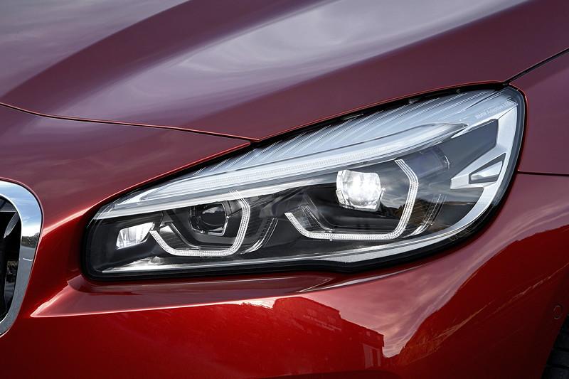 BMW 2er Active Tourer (Facelift 2018), Doppelrundscheinwerfer in ihrem bekannte Erscheinungsbild sind hexagonal.