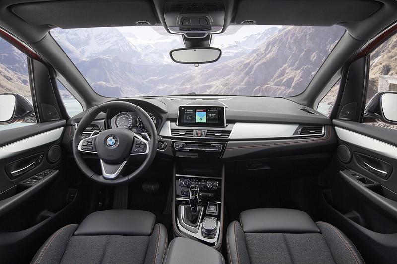BMW 2er Active Tourer (Facelift 2018), exklusive Materialien und neue Sitzbezüge in Stoff-Sensatec und Leder werten den Innenraum auf.