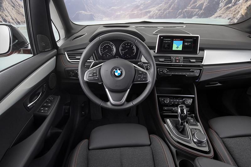 BMW 2er Active Tourer (Facelift 2018), Cockpit, umfangreiches Angebot an Fahrerassistenzsystemen.
