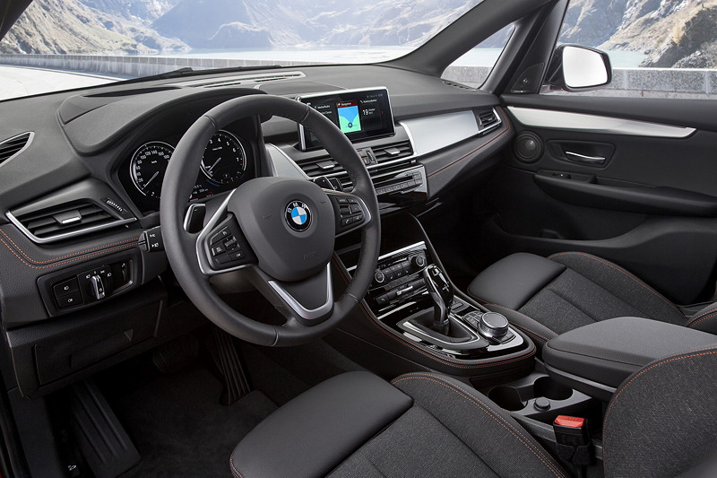 BMW 2er Active Tourer (Facelift 2018), optional mit Stauassistent, der bis 60 km/h das Fahrzeug selbstständig in der Spur hält.
