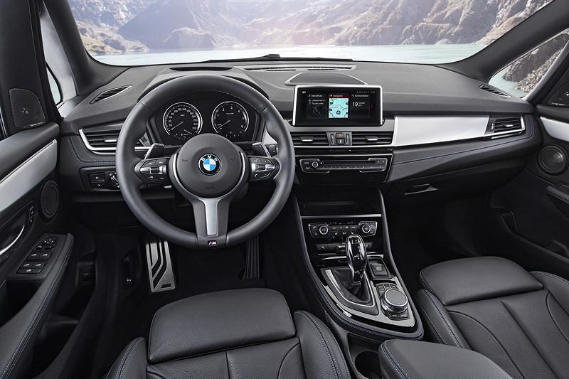BMW 2er Gran Tourer (Facelift 2018), exklusive Materialien und neue Sitzbezüge in Stoff-Sensatec und Leder werten den Innenraum auf.