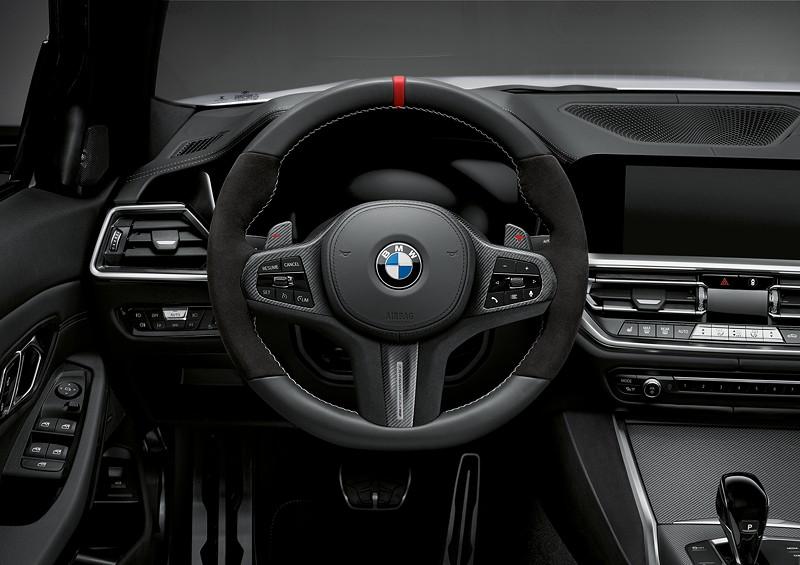 BMW M Performance Parts für den neuen BMW 3er, MPerformance Lenkrad mit Alcantara-Griffbereich, roter Mittenmarkierung und silbergrauer, handgenähten Kreuzstichnaht.