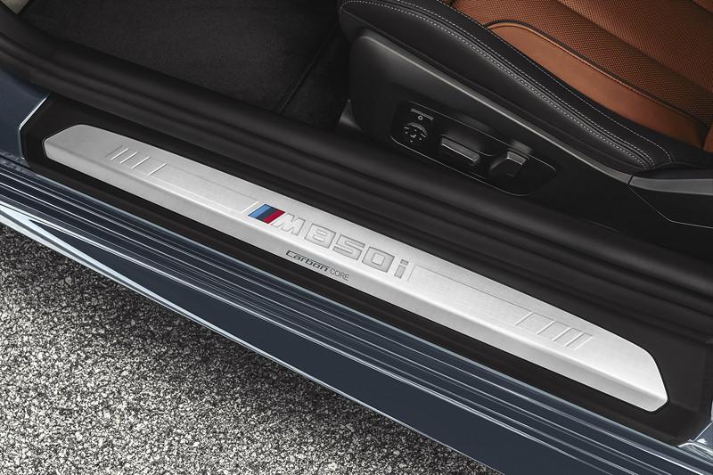 BMW 8er Coupé, beleuchtete Einstiegsleiste mit M Logo und Carbon Schriftzug