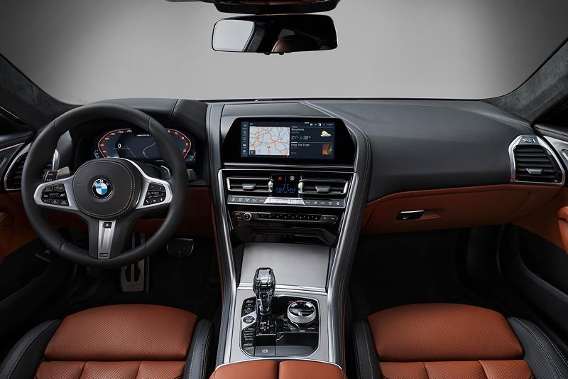 BMW 8er Coupé, Interieur vorne, Interieurleisten in der Ausführung Edelstahlgewebe