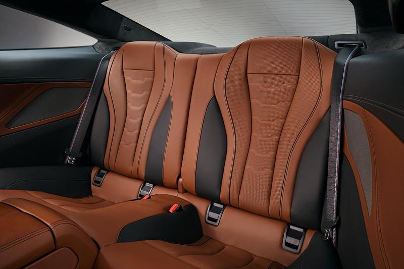 BMW 8er Coupé, Fondsitze mit tiefer Sitzposition, so dass Kopfstützen entbehrlich wurden.