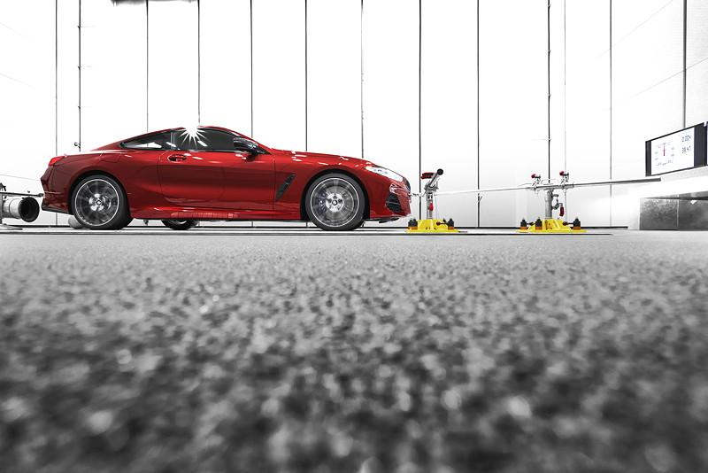 Qualitätsprüfung des neuen BMW 8er Coupé im Akustikraum des BMW Group Werks Dingolfing.