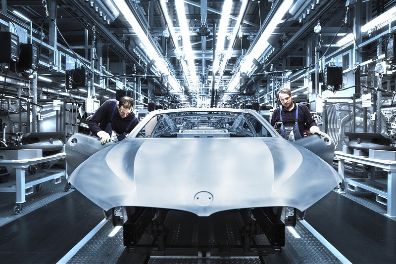 Qualitätsprüfung der Rohkarosse des neuen BMW 8er Coupé im BMW Group Werk Dingolfing
