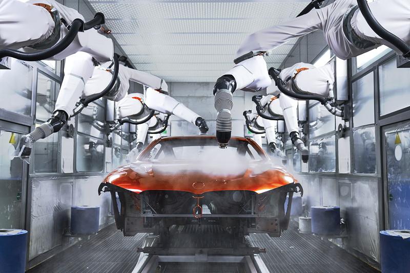 Das neue BMW 8er Coupé in der Lackiererei des BMW Group Werks Dingolfing.