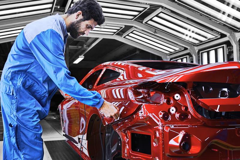 Qualitätsprüfung der lackierten Karosserie des neuen BMW 8er Coupé im BMW Group Werk Dingolfing
