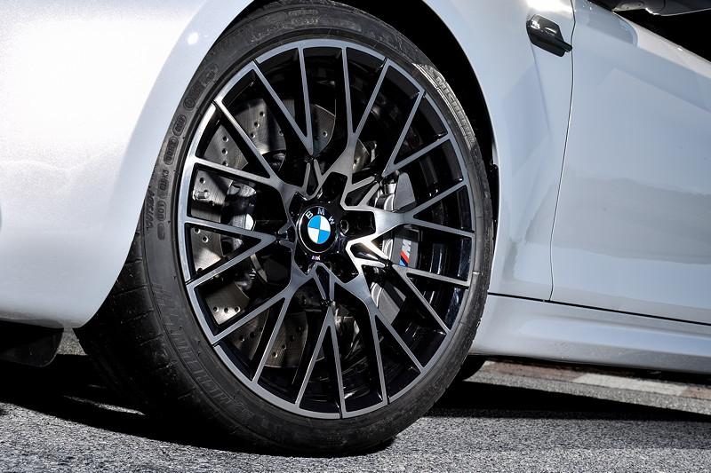 BMW M2 Competition, neue optionale M Sportbremse mit grau lackierten Bremssätteln.