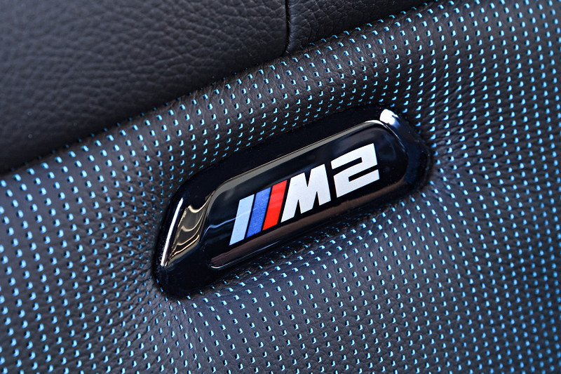 BMW M2 Competition, M2 Logo in den Sitzen
