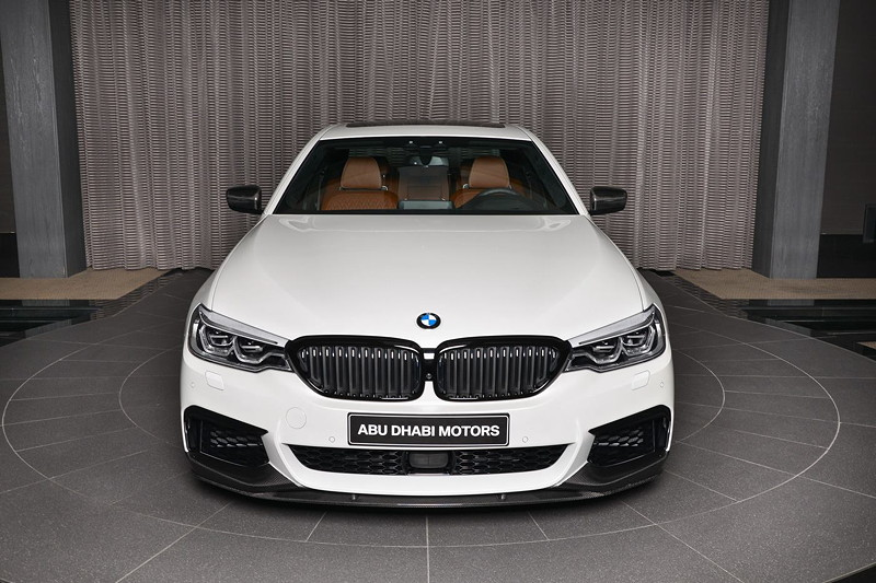 BMW M550i xDrive mit BMW M Performance Komponenten im Showroom von BMW Abu Dhabi Motors.