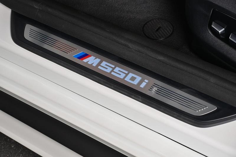 BMW M550i (G30), Einstiegsleiste mit Typ-Schriftzug