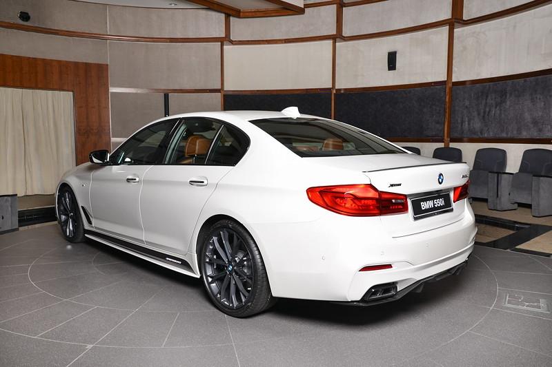 BMW M550i (G30) im Showroom von BMW Abu Dhabi Motors