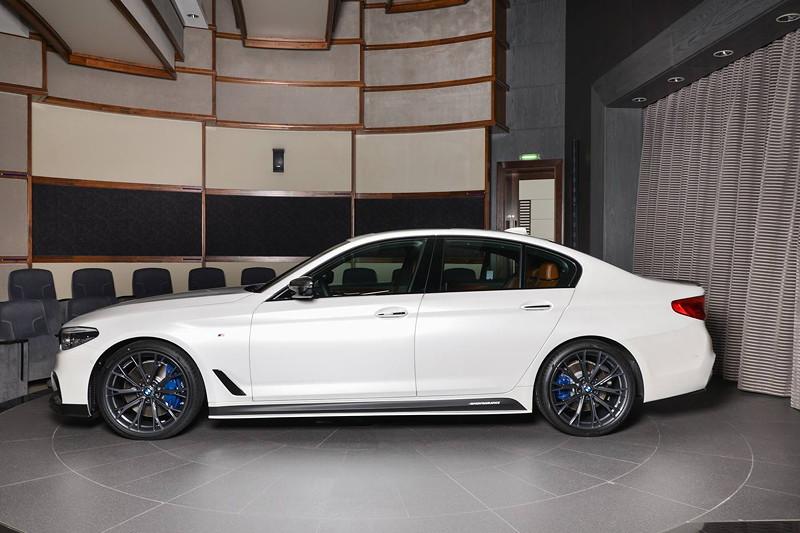 BMW M550i (G30) mit Seitenschwellerverkleidung und BMW M Performance Schriftzug.