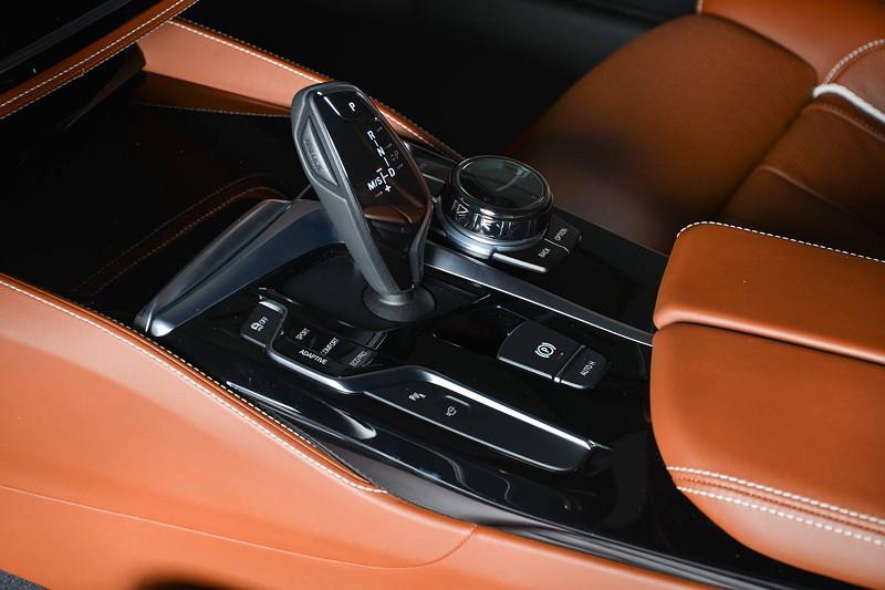BMW M550i (G30), Mittelkonsole mit Automatik-Wählhebel und iDrive Controller