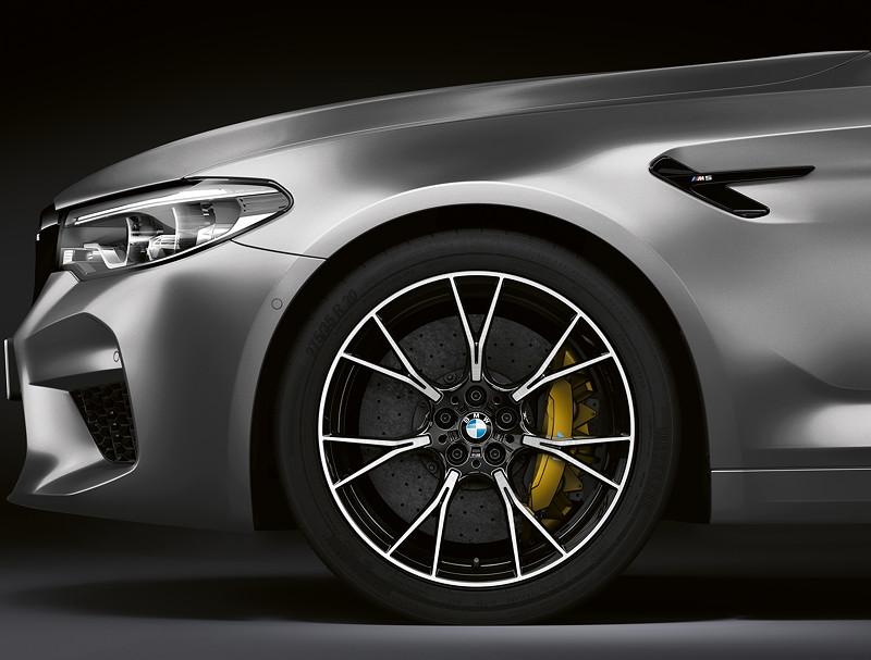 BMW M5 Competition, speziell entwickelte Leichtmetallräder im Y-Speichendesign und in Bicolor-Ausführung, optional mit M Carbon-Keramik Bremsanlage