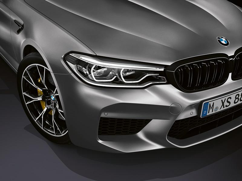 BMW M5 Competition, viele Desingelemente in schwarz hochglänzend, u. a. der Rahmen der BMW-Niere