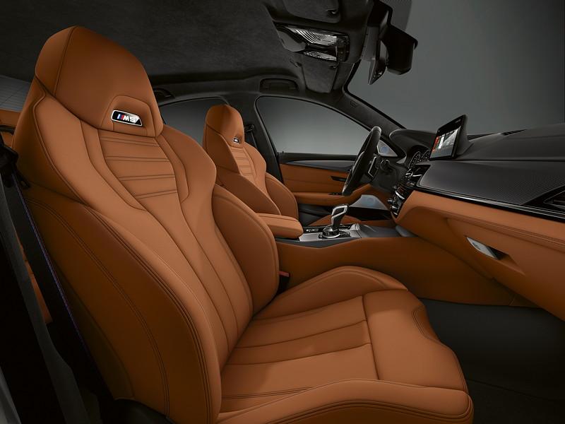 BMW M5 Competition, Innenraum, Schalensitze mit beleuchtetem M5 Logo