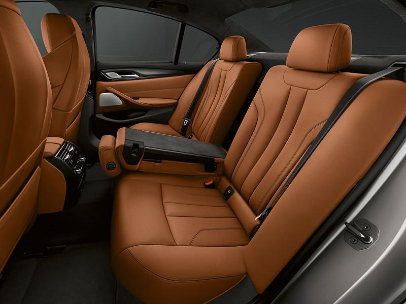 BMW M5 Competition, mit Durchladefunktion