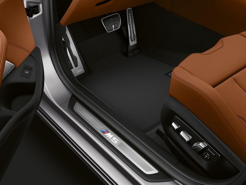 BMW M5 Competition, beleuchtete Einstiegsleiste mit M5 Logo
