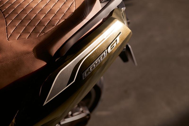 BMW C 650 GT, Option 719 Sparkling Storm metallic mit Option 719 braune Sitzbank. BMW C 650 GT, Option 719 Sparkling Storm metallic mit Option 719 braune Sitzbank.