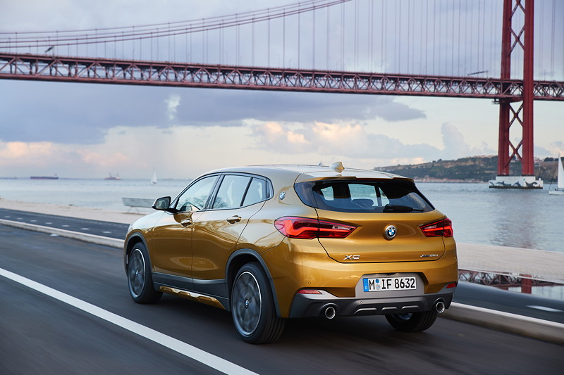 BMW X2 xDrive20d, Modell M Sport X, in Galvanic Gold, on location in Lissabon.