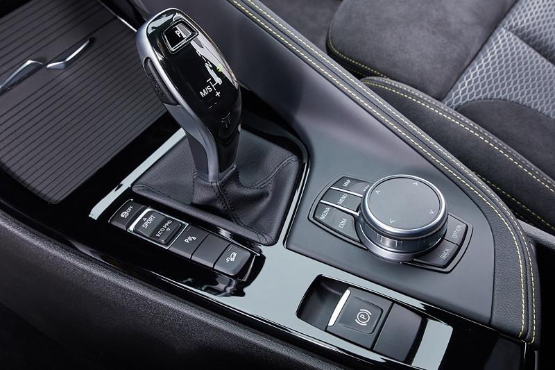 BMW X2, Schalthebel und iDrive Touch Controller auf der Mittelkonsole