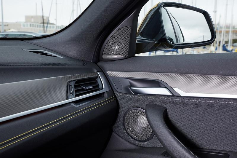BMW X2, Harman Kardon Lautsprecher im Spiegeldreieck