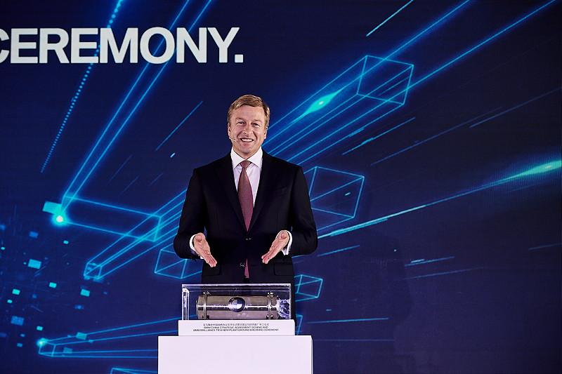 Einbringung einer Zeitkapsel durch Oliver Zipse (Mitglied des Vorstands der BMW AG, Produktion).