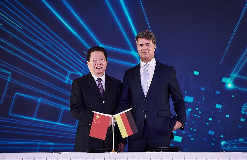 Harald Krüger (Vorstandsvorsitzender der BMW AG) mit Parteisekretär Chen Qiufa (CPC Liaoning Committee)
