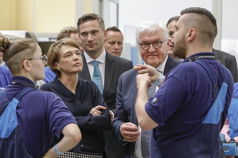 Bundespräsident Frank-Walter Steinmeier und seine Ehefrau Elke Büdenbender besuchen das Ausbildungszentrum im BMW Group Werk Leipzig.