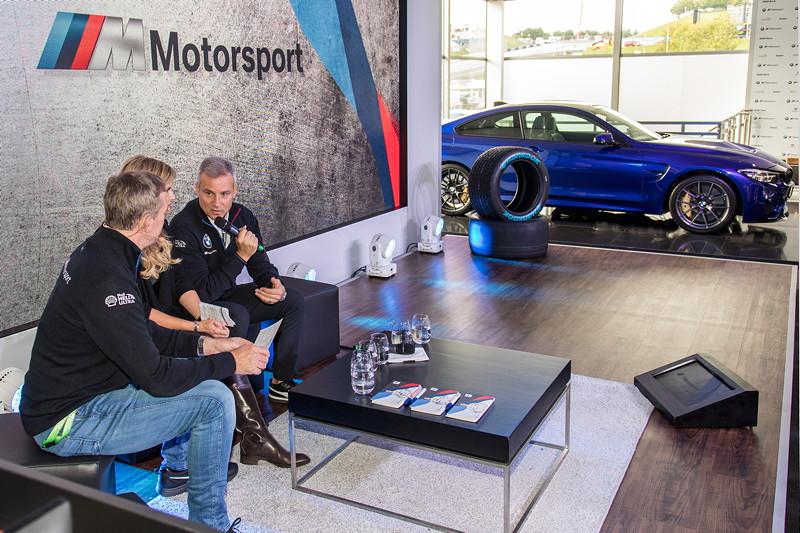 DTM in Spielberg, 23.09.2018. BMW M Motorsport Hospitality. BMW Motorsport Direktor Jens Marquardt analysierte morgens das Rennen des Vortages