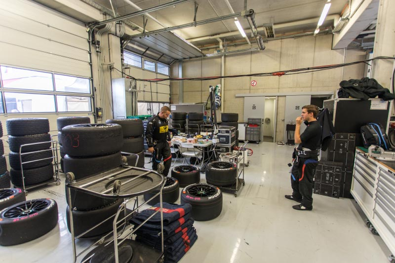 DTM in Spielberg, 23.09.2018. Blick in der Boxengarage der BMW-Teams.