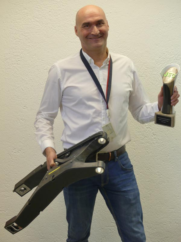 BMW Motorrad Projektleiter Elmar Jäger präsentiert als Team-Stellvertreter den JEC Innovation Award