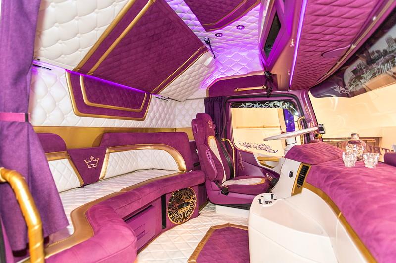 Essen Motor Show 2018, Mercedes-Benz Actros 2663, violettes Kunstwerk auch in der Fahrerkabine