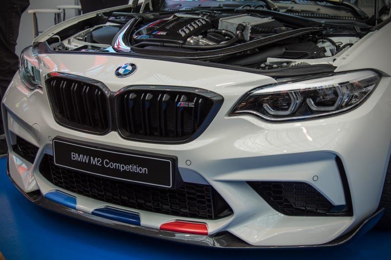 BMW M2 Competition mit M Performance Parts, Front, mit Folierung Motorsport, Nierenrahmen in Carbon