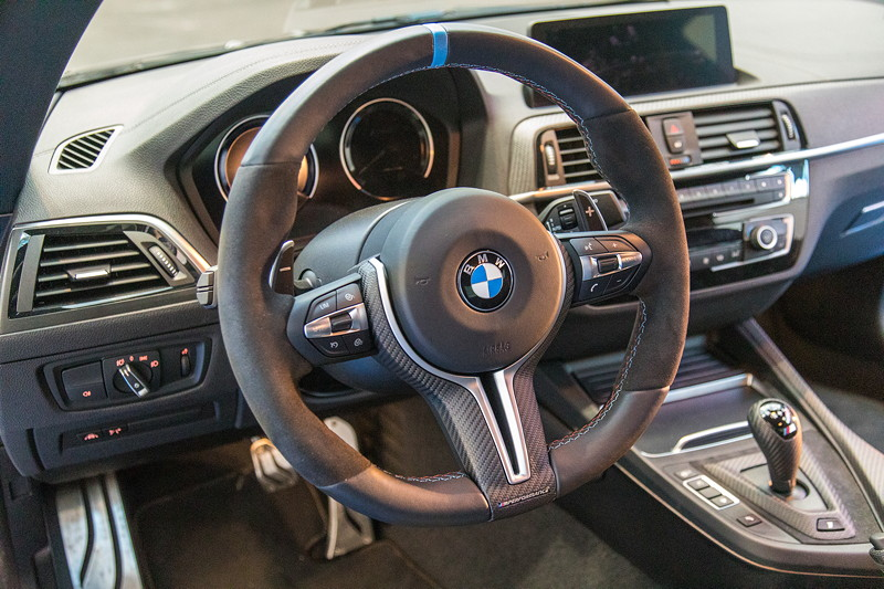 BMW M2 Competition mit M Performance Parts, Lenkrad, Pedalerie und Schalthebel von M Performance