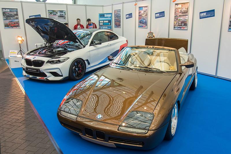 BMW Z1 neben dem BMW M2 Competition mit M Performance Parts auf dem BMW Scene Messestand