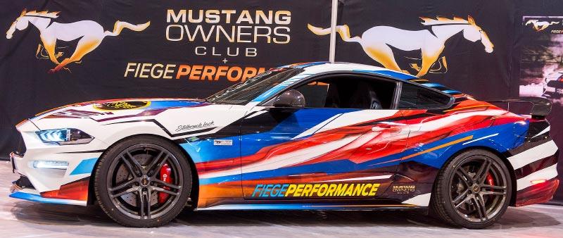Ford Mustang V8 des Mustang mit elektronische Lackierung, die mit dem Sound des Motors oder der Musik leuchtet. Weltpremiere.