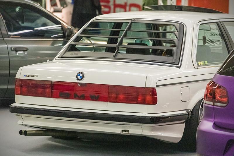 BMW 316 (Modell E30) mit vollständig rote Rückleuchten