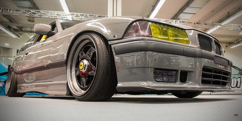 BMW 320i (Modell E36), kein normaler Lack mehr, stattdessen Vinyl in 'nardo grau'