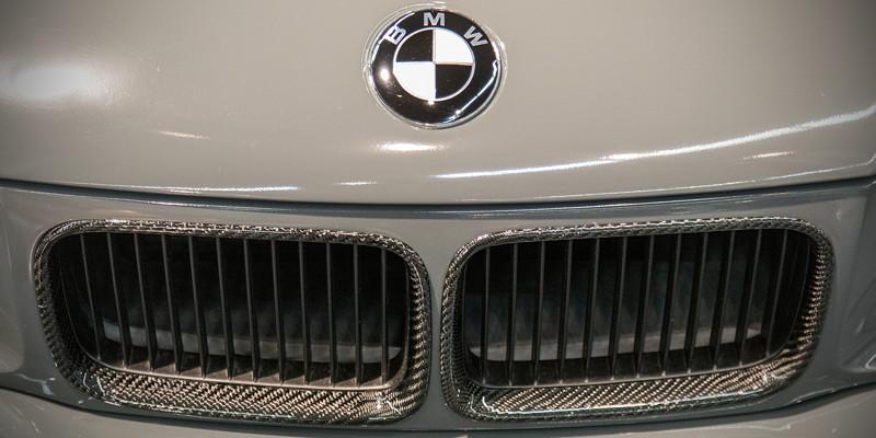 BMW 320i (Modell E36), BMW Emblem in schwarz, Nierenrahmen in Carbon