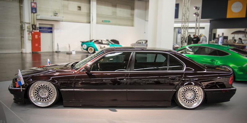 BMW 740iL (Modell E38), mit getönten Scheiben, Airride Showausbau im Kofferraum
