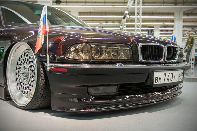 BMW 740iL (Modell E38), mit zwei Standartenträgern und Beflaggung