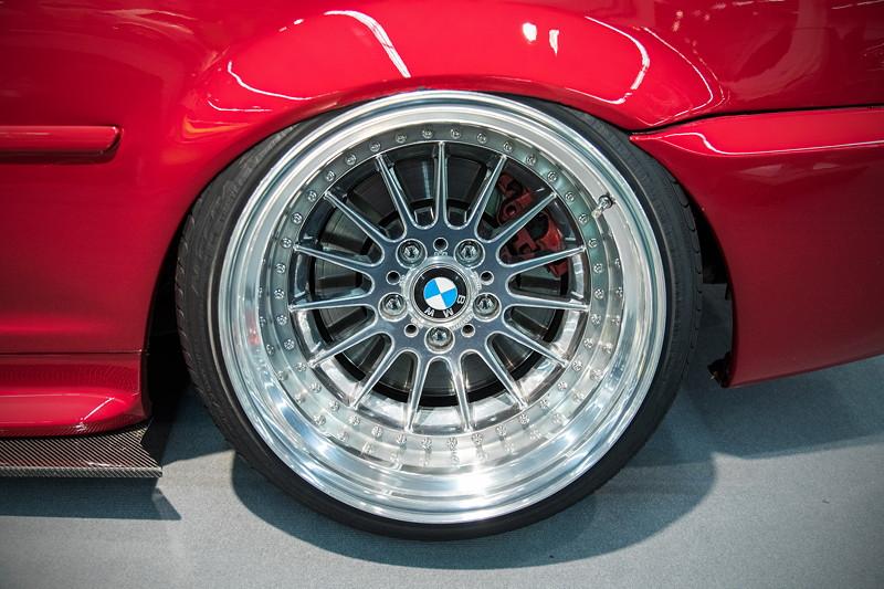 BMW 330Ci (Modell E46), auf einzelangefertigter BMW 'Styling 32# Felge, von 1- auf 3-teilig umgebaut